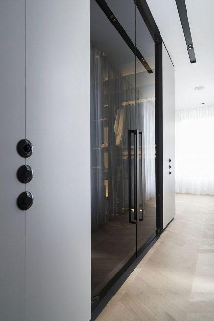 luxus-kombination-aus-begehbaren-kleiderschrank-und-bad-von-studio-niels-8