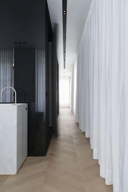 luxus-kombination-aus-begehbaren-kleiderschrank-und-bad-von-studio-niels-9