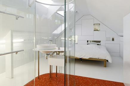 minimalist schlafzimmer mit badezimmer aus glas wohnideen einrichten. Black Bedroom Furniture Sets. Home Design Ideas
