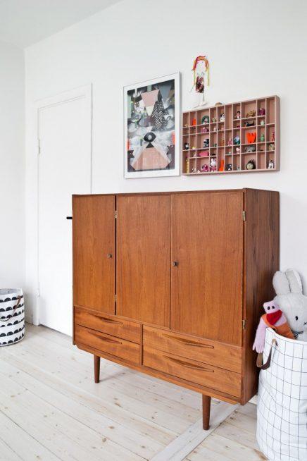 mix-aus-retro-und-skandinavischen-mobeln-im-kinderzimmer-von-6-jahrigen-olivia (4)
