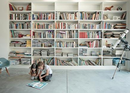 Moderne helle Raumgestaltung in Israel