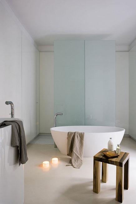 Modernes Badezimmer mit engen Finish