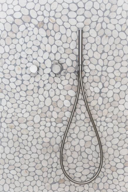 modernes landliche badezimmer naturlichen materialien 3 - Dusche Kieselsteinboden