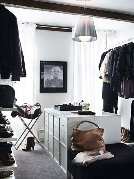 Neutral stilvolle begehbarer Kleiderschrank