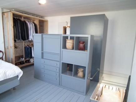 offene-begehbarer-kleiderschrank-altholz