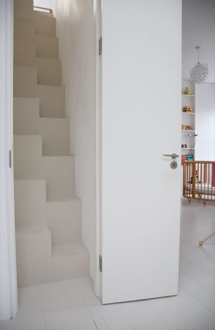 offene-treppe-mit-geschlossener-tur-5