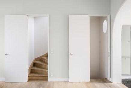 offene-treppe-mit-geschlossener-tur-7