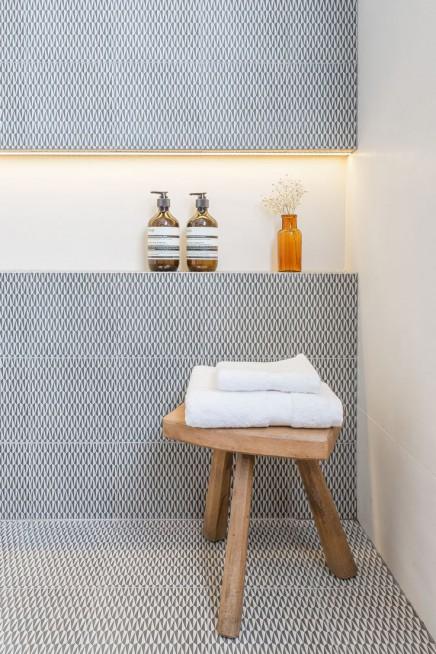 Ruhe Badezimmer mit geschäftigen Muster Fliesen | Wohnideen einrichten