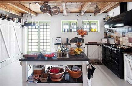 Rustikale Küche mit Estrich