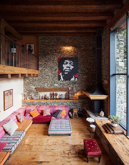 Rustikale Wohnzimmer eines renovierten Bauernhauses ...