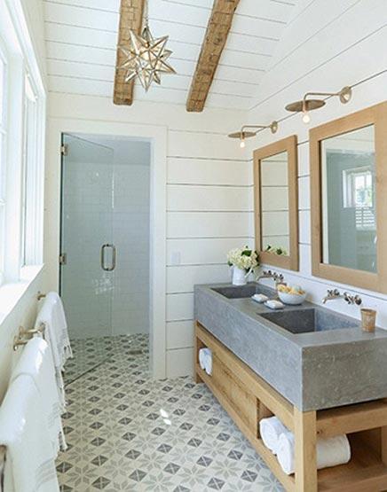 Rustikales Badezimmer des Landhauses