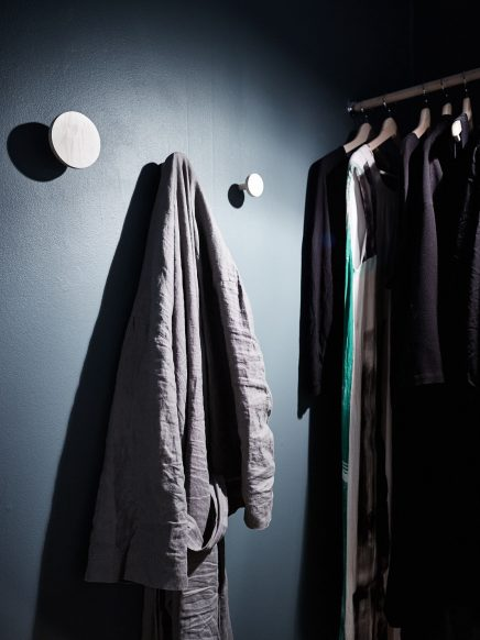 schlafzimmer-blauen-wanden-underlayment-begehbarer-kleiderschrank (3)