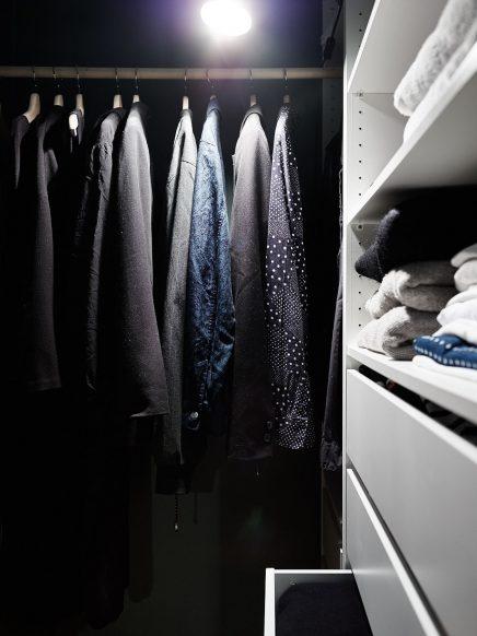 schlafzimmer-blauen-wanden-underlayment-begehbarer-kleiderschrank (5)