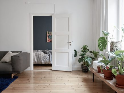 schlafzimmer mit blauen w nden und underlayment begehbarer kleiderschrank wohnideen einrichten. Black Bedroom Furniture Sets. Home Design Ideas