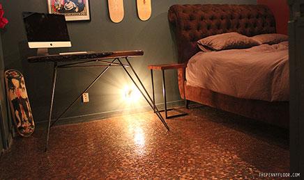 Schlafzimmer mit Boden von Münzen