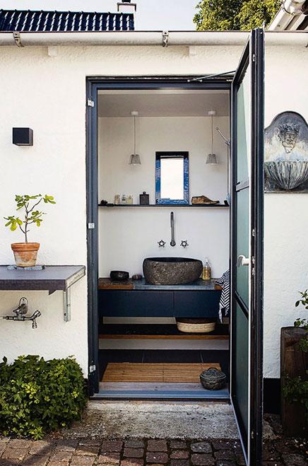 schmalle-badezimmer-naturlicher-atmosphare (1)