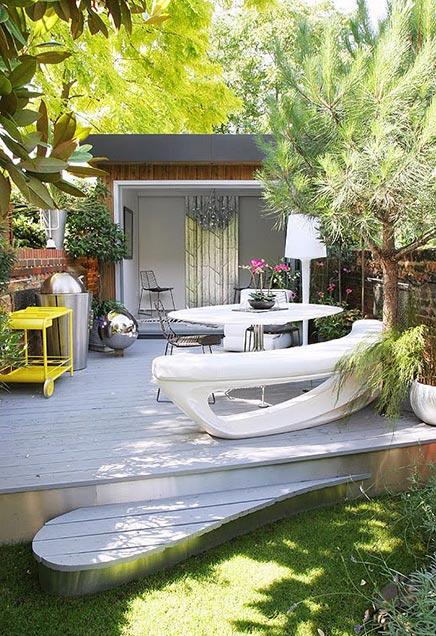 Schmalle Garten mit schönen Pflanzen