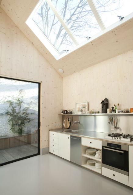 Schöne helle Küche von großen Oberlicht