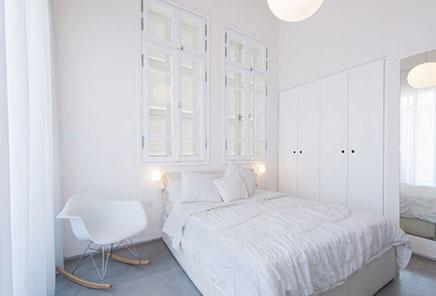 Schöne schlafzimmer mit schönen Fenstern