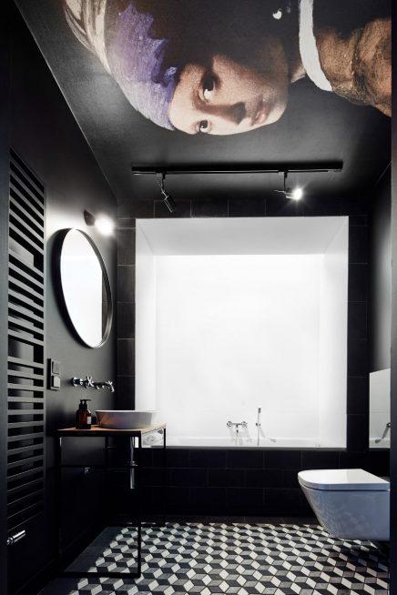 schwarz-badezimmer-beruhmten-kunstwerk-decke