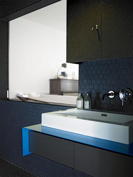 Schwarz Badezimmer mit zwei Duschköpfen