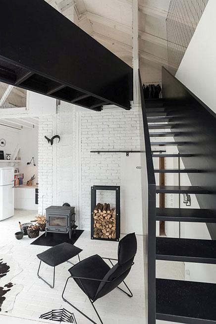 Die schwarz gestaltete Dachterrasse
