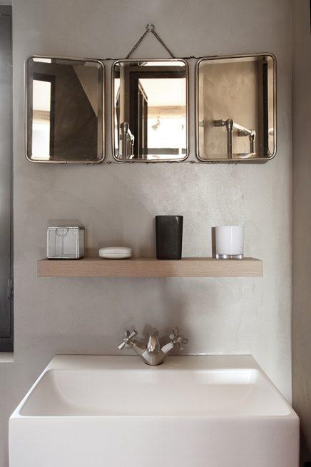 Tough kleines Badezimmer mit betonstuc und Holzboden ...