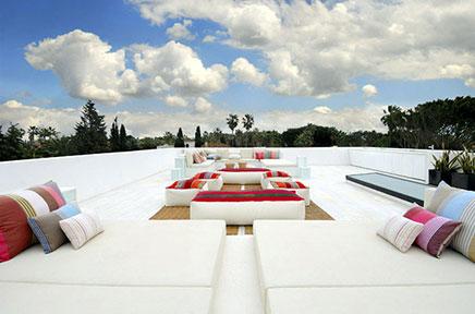 Weiß Dachterrasse des große Villa in Spanien