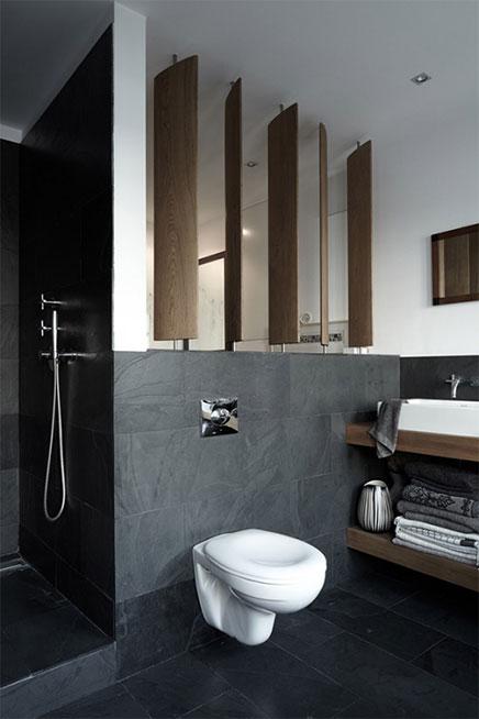 Weiß, grau und Holz-Akzente im Badezimmer