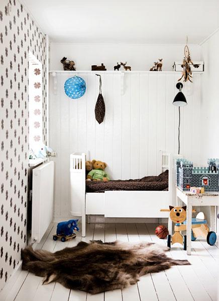 Weiße Kinderzimmer mit dunkelbraunen Akzenten