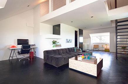 Wohnzimmer mit dunkelbraunen Boden Fischgrät