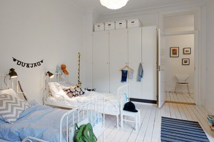 Zwei Brüder teilen dieses schöne weiße Kinderzimmer ...